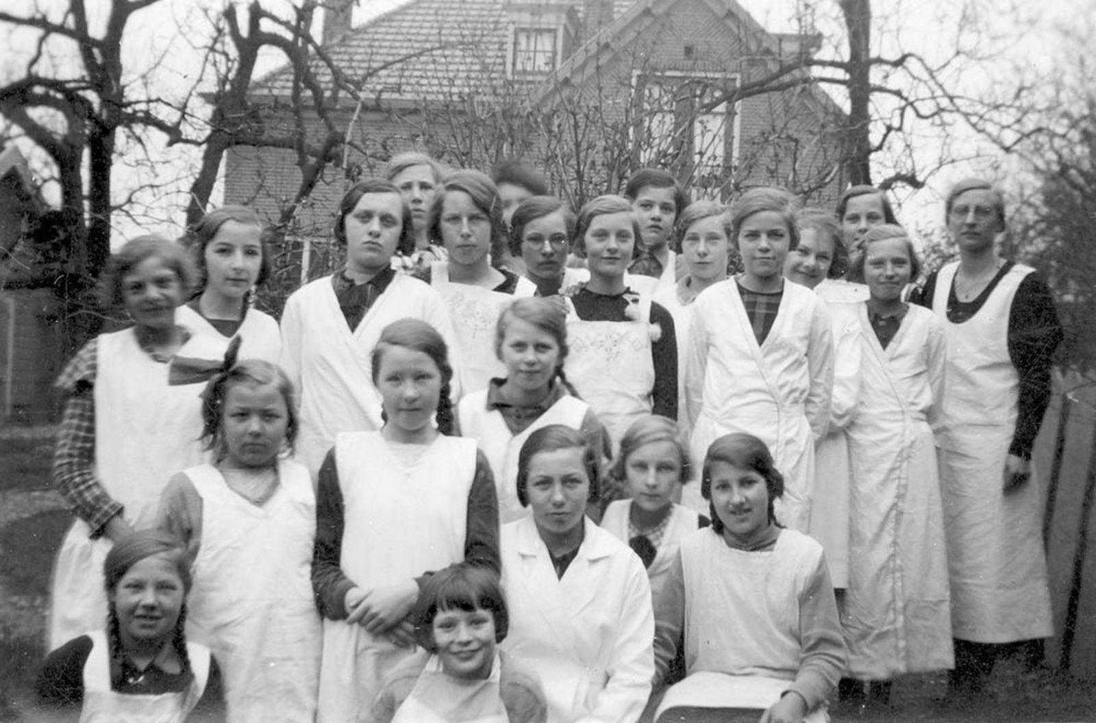 <b>ZOEKPLAATJE:</b>Onbekend Nieuw Vennep 19__ Klassefoto met Hendrika Elshout 02