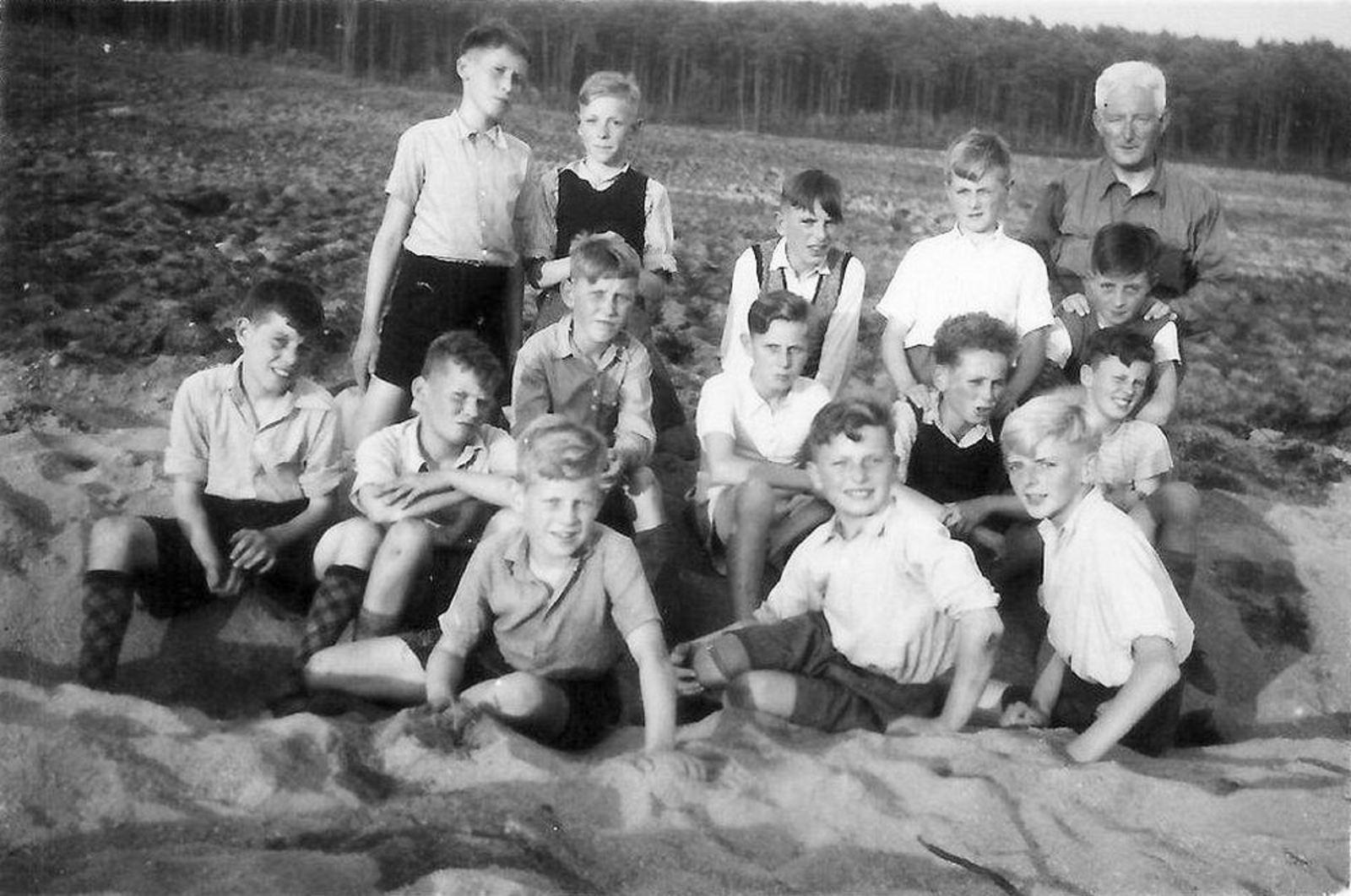 Openbare School 01 1946± Voetbalteam met meester Kelderhuis