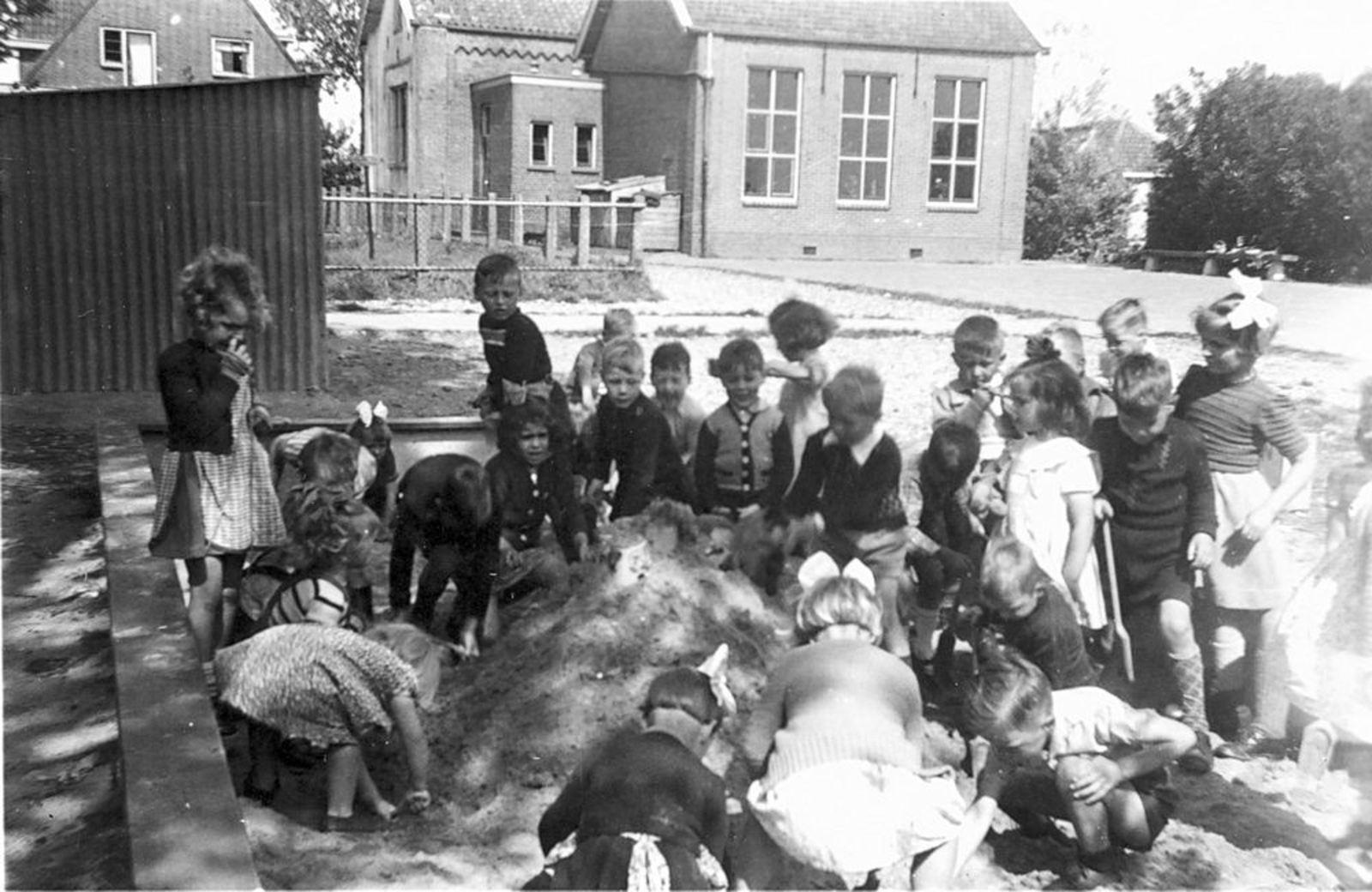 Openbare School 02 1951 bij de Zandbak 02