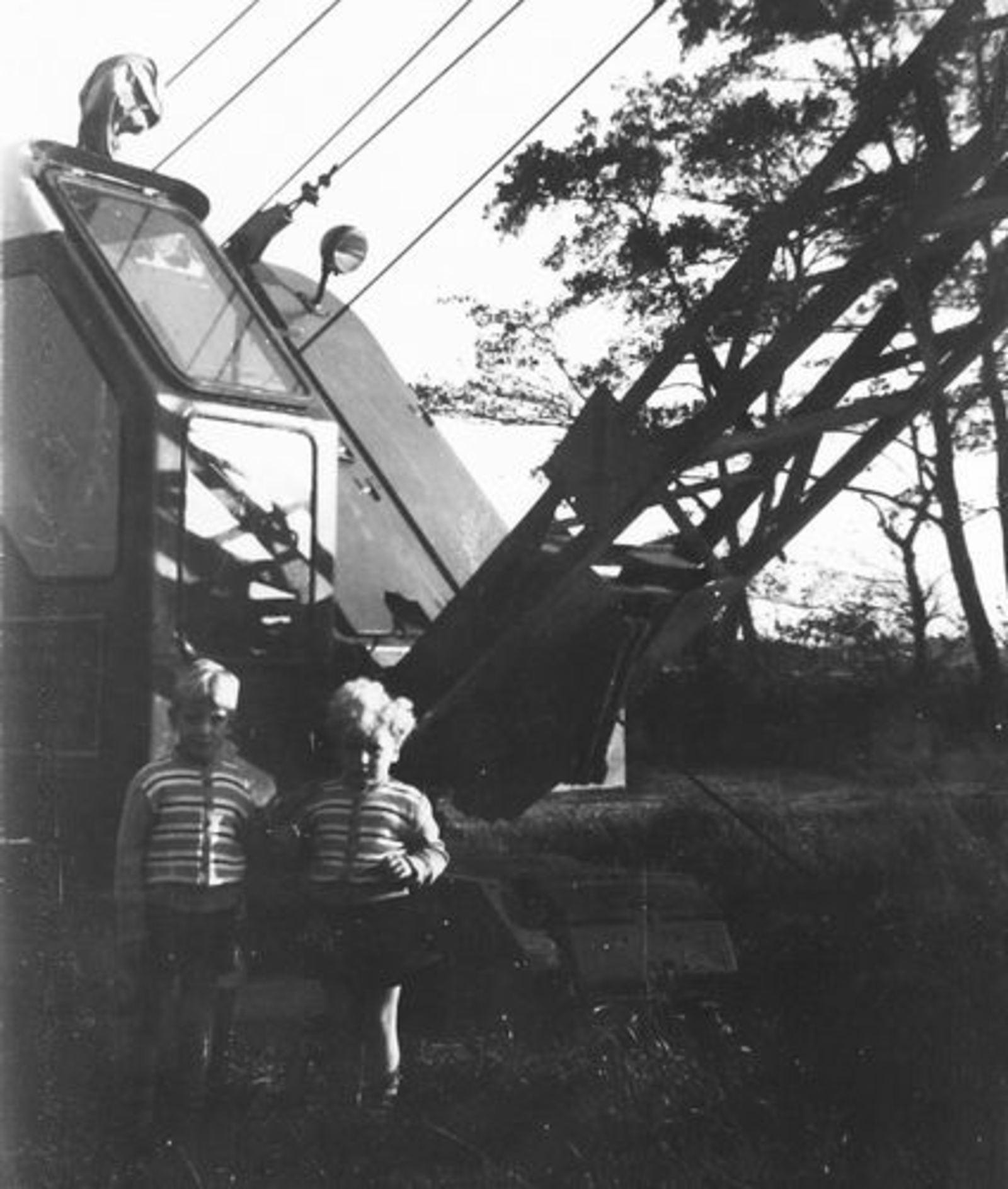 Oude Kruisweg Z 0206 1955± Ben en Rob Pijpers bij Hijskraan Kees Peetoom