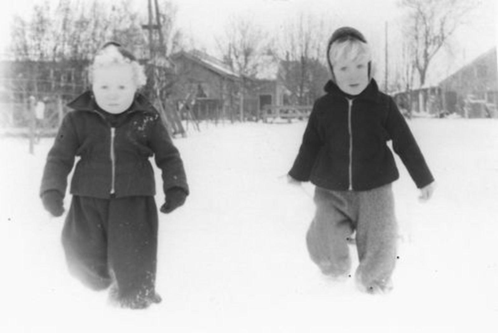 Oude Kruisweg Z 0206 1955± met Rob en Ben Pijpers in de Sneeuw
