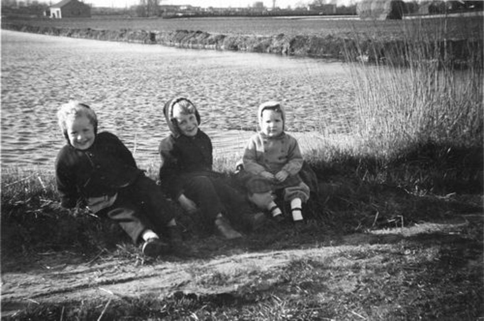 Oude Kruisweg Z 0210 1957± t Vennetje Zandafgraving met kinderen Pijpers