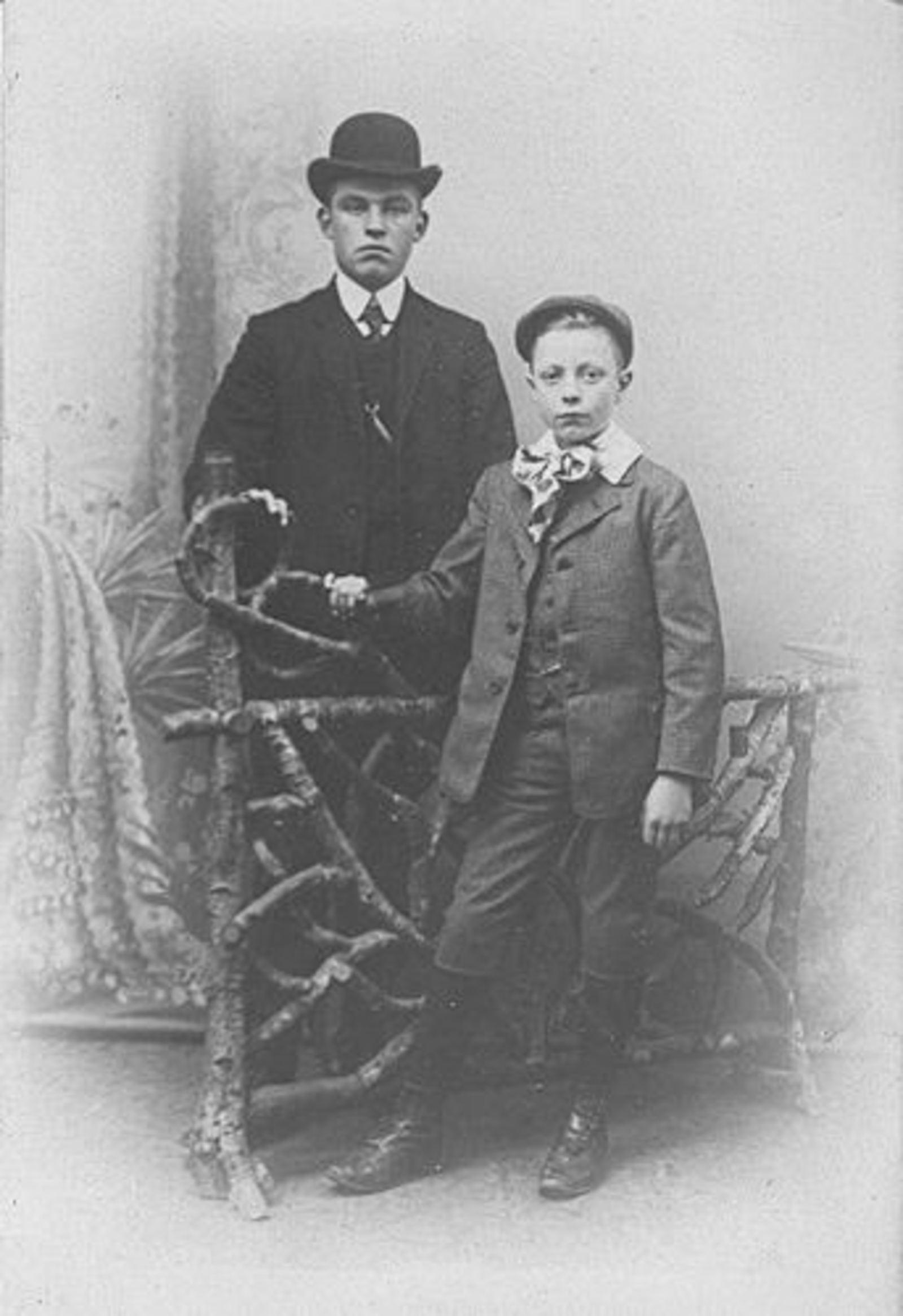 Ouden Barend Dzn den 1887± 19__ bij Fotograaf met neefje Adriaan Jansen
