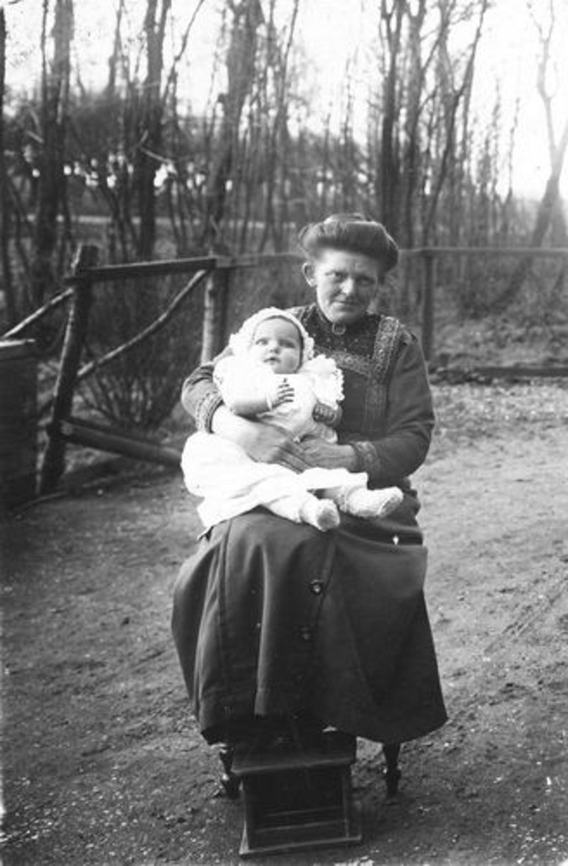 Ouden Dirkje NijsDr den 1877 1910+ met dochter Jaantje Branderhorst
