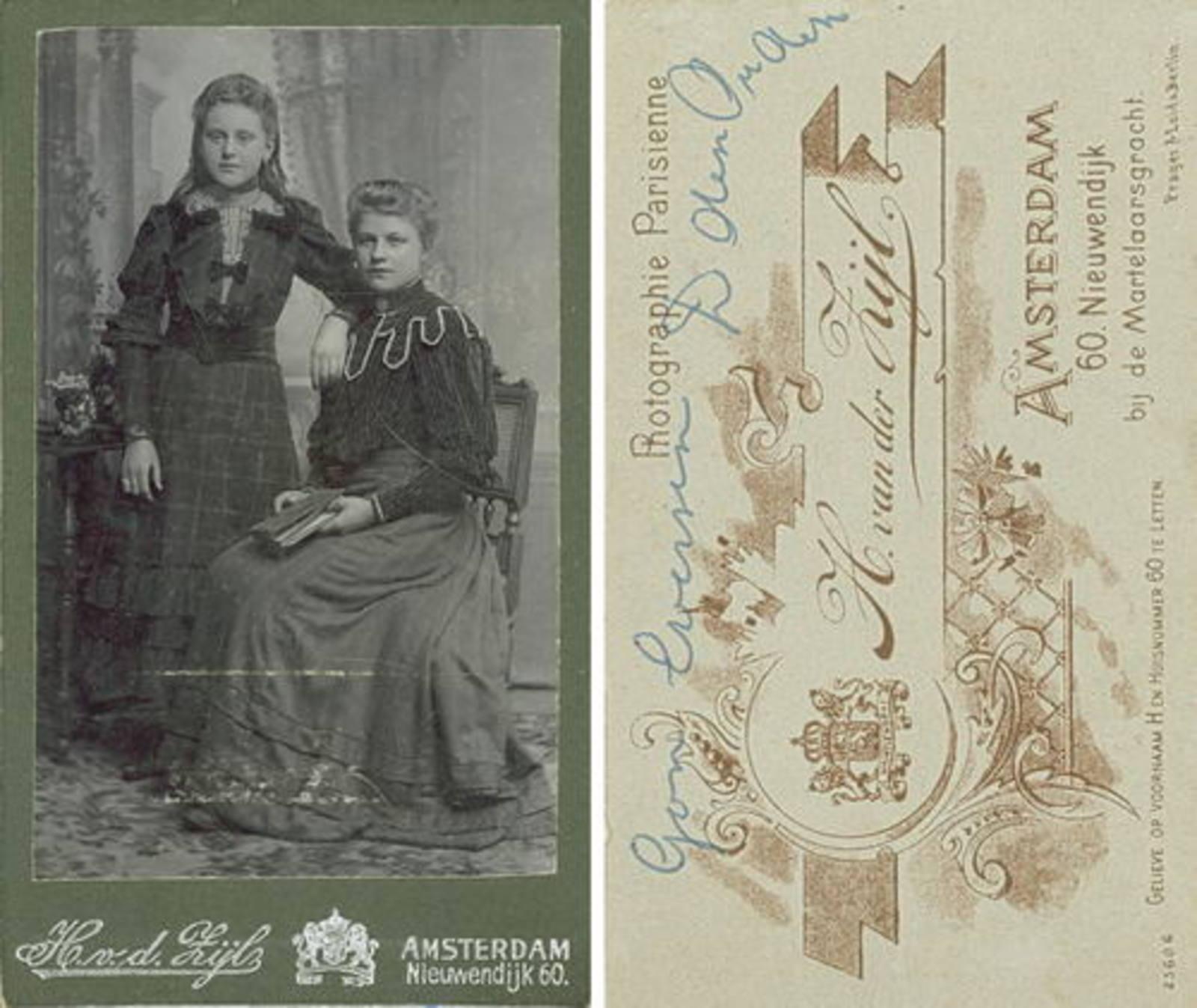 Ouden Dirksje Dirkdr den 1888 19__ met nicht Gon Eversen bij Fotograaf