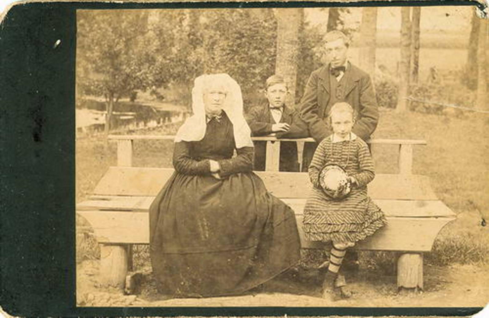 Ouden Nijs den 19__ Diens Grootmoeder en Grootvader bij Fotograaf