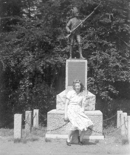 Ouwerkerk Greet 19__ Poseert bij Monument in Soest