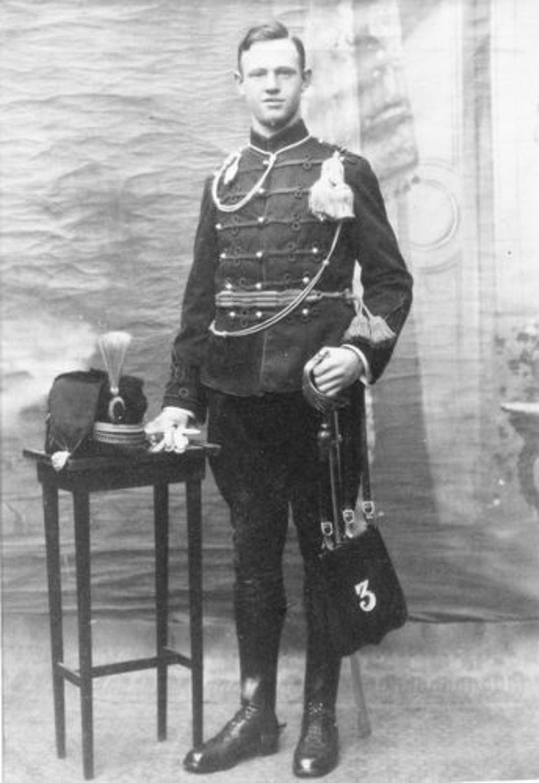 Peetoom Jacob 1938± als Soldaat bij Fotograaf