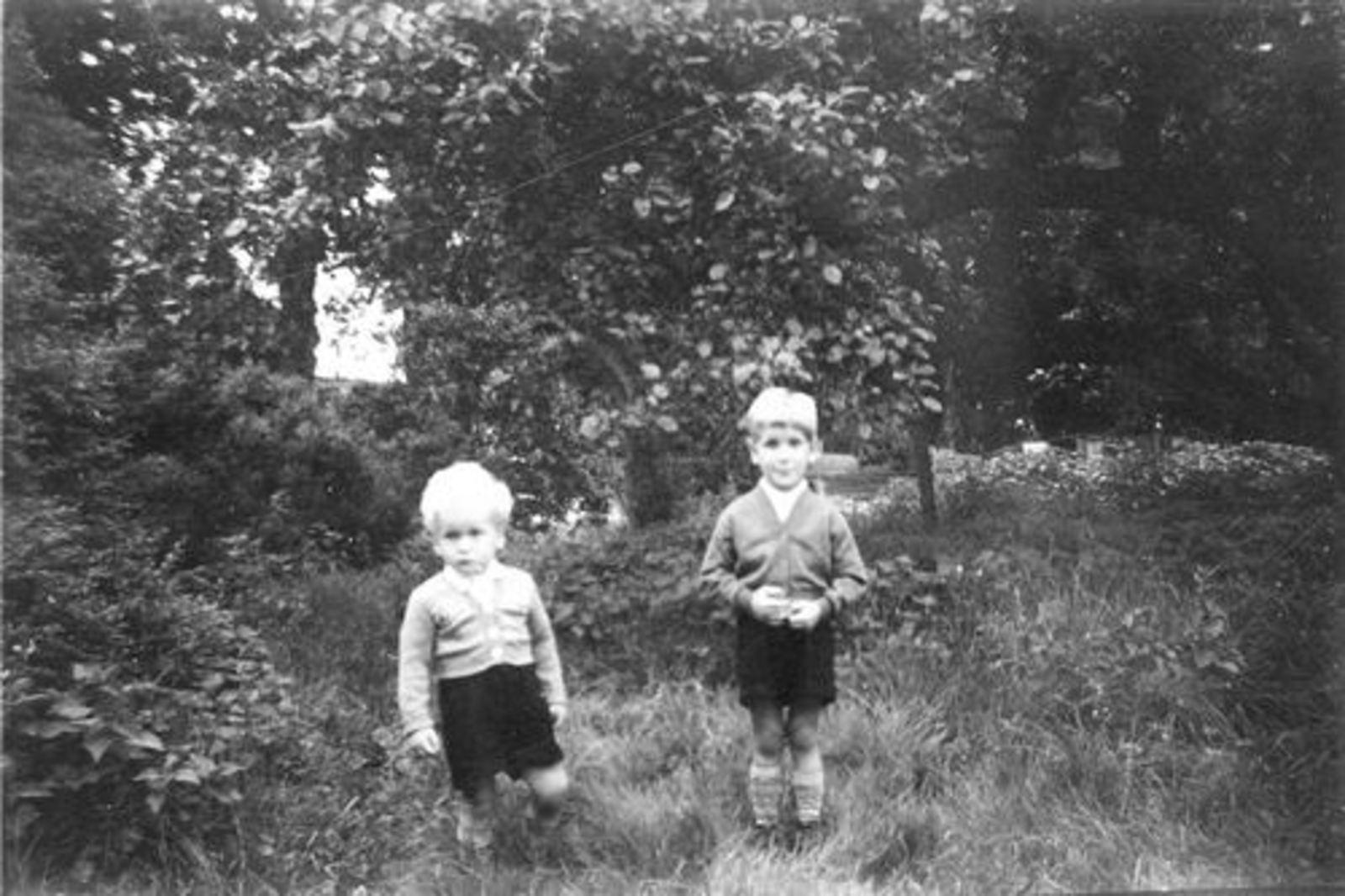 Pijpers Cees 1924 1955± Kinderen Rob en Ben in Tuin