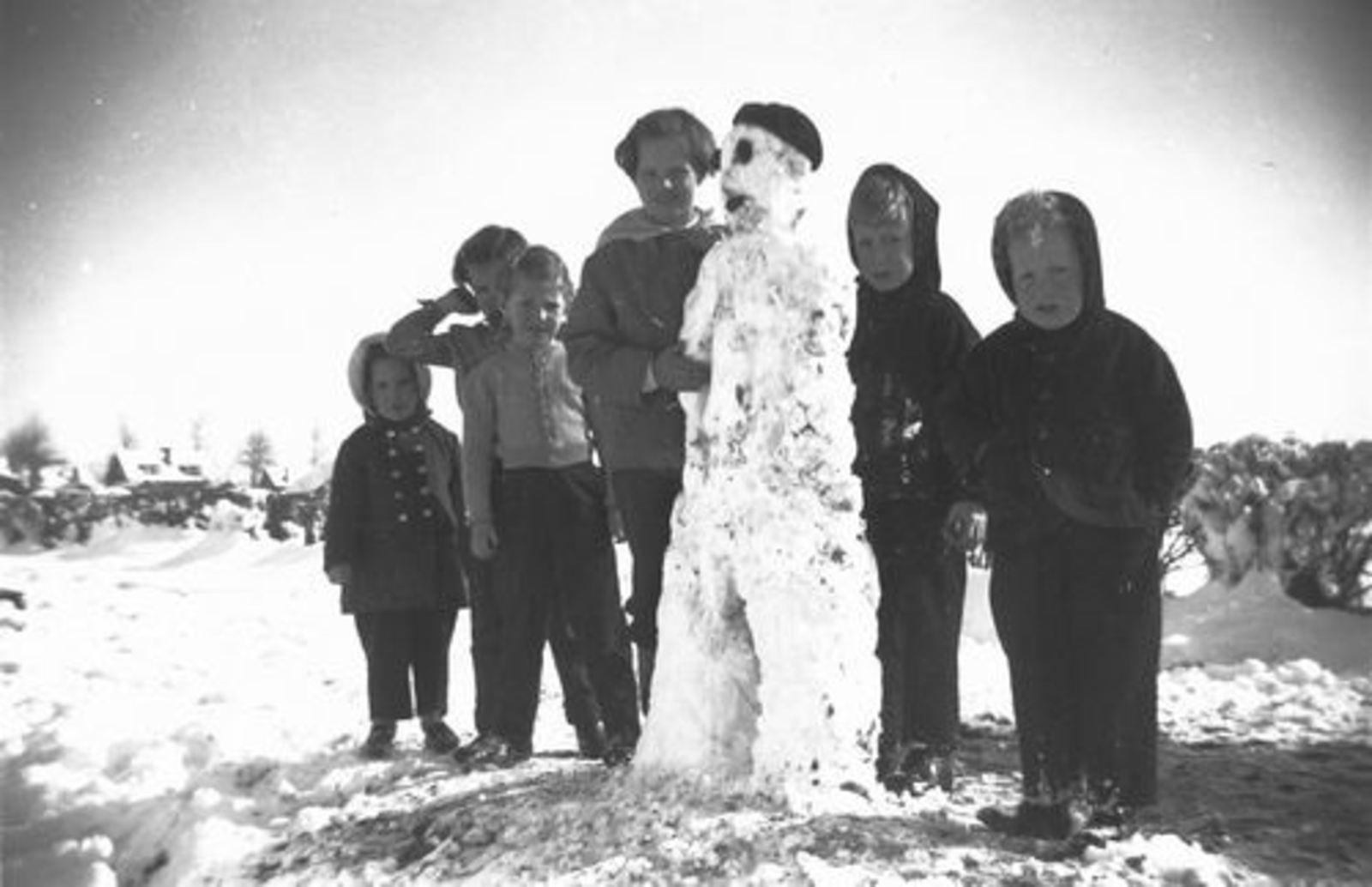 Pijpers Cees 1924 1957± Kinderen bij Sneeuwpop