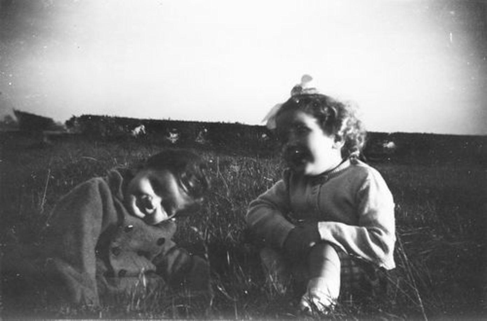 Pijpers Cees 1924 1958± Kinderen Elly en Veronica in het Gras