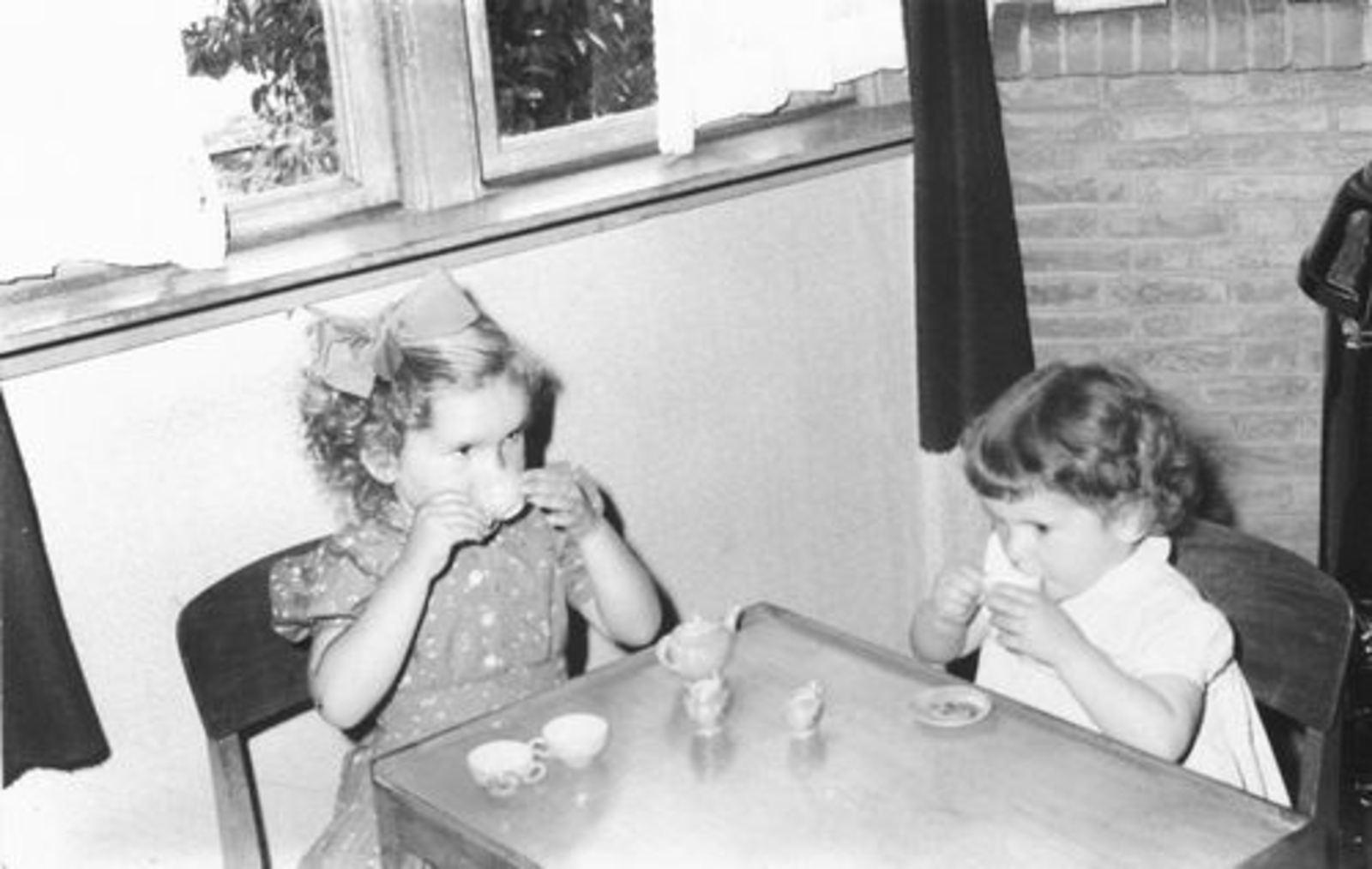 Pijpers Cees 1924 1958± Kinderen Veronica en Elly aan de Thee 02