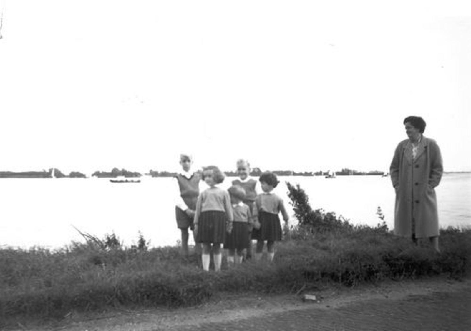 Pijpers Cees 1924 1961± Vrouw en Kinderen bij Westeinderplas