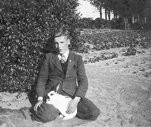 Pijpers Cees 1924 19__ in de Tuin met Konijn