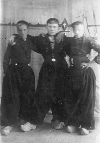 <b>ZOEKPLAATJE:</b>Pijpers Cees 1924 19__ met Onbekenden in Klederdracht
