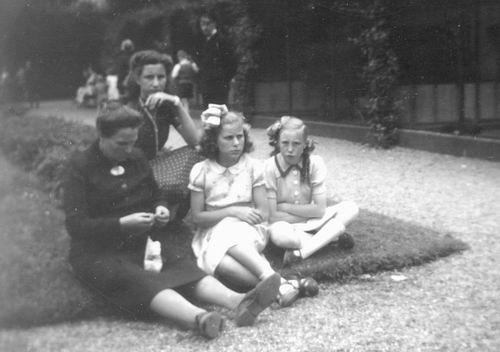 Pijpers-Mesman Trijntje 1896 19__ met dochters Thea en Onbekend 0