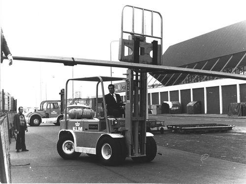 Pijpers Rob 1953 198_ met Heftruck op Vrachtafdeling Schiphol