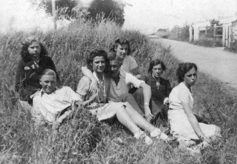 <b>ZOEKPLAATJE:</b>Pijpers Thea 1925 19__ met Onbekenden in Wegberm