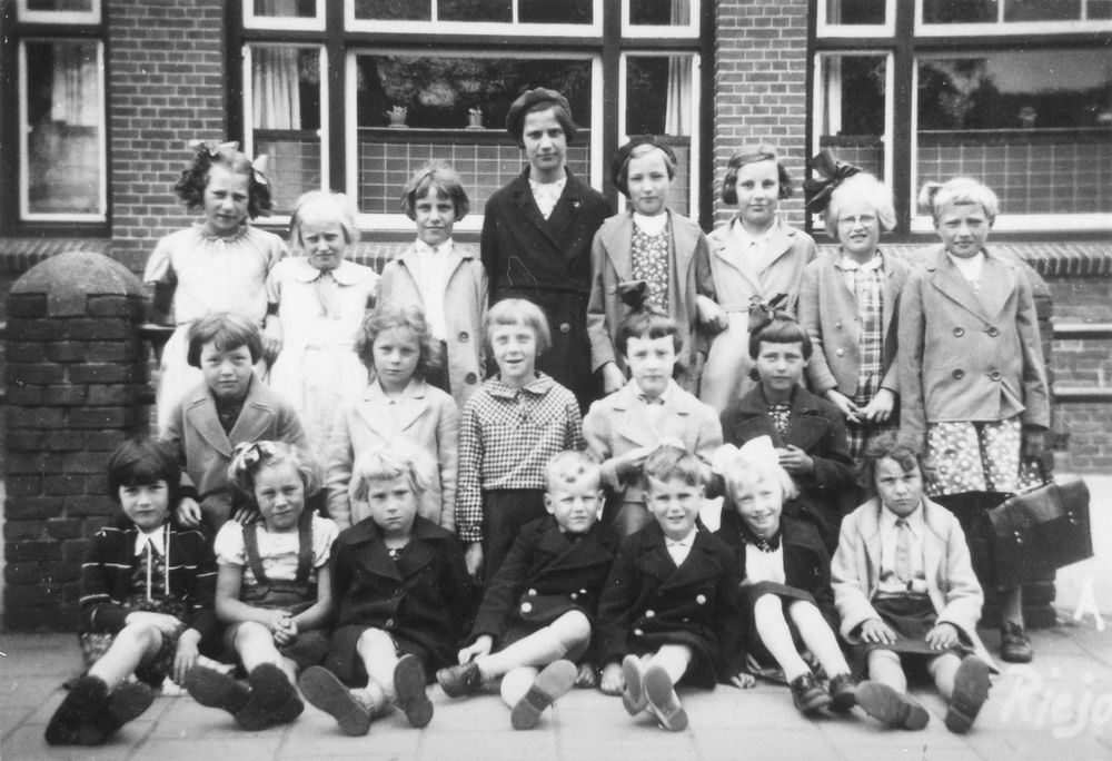 <b>ZOEKPLAATJE:</b>Pijpers Trees 1931 19__ Klassefoto RK School Heemstede