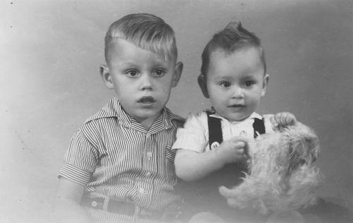 Poecke Frans v 19__ met broertje Ed bij de Fotograaf