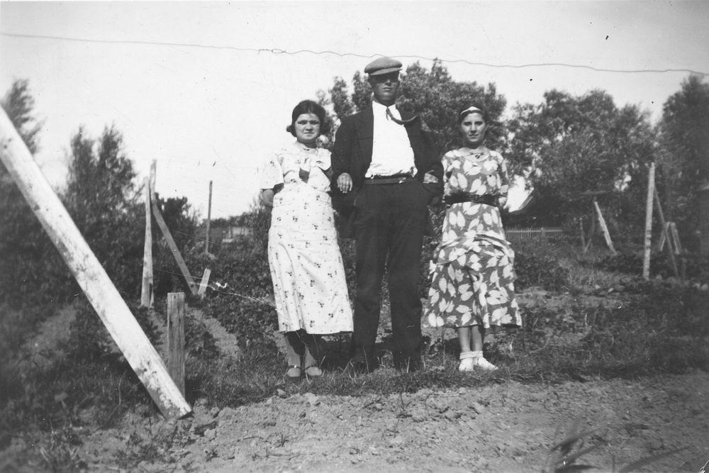 Pol - Slinger Lena vd 1914 19__ met broer Johan en Onbekend 02