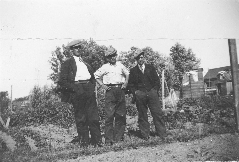 Pol - Slinger Lena vd 1914 19__ met broer Johan en Onbekend 03