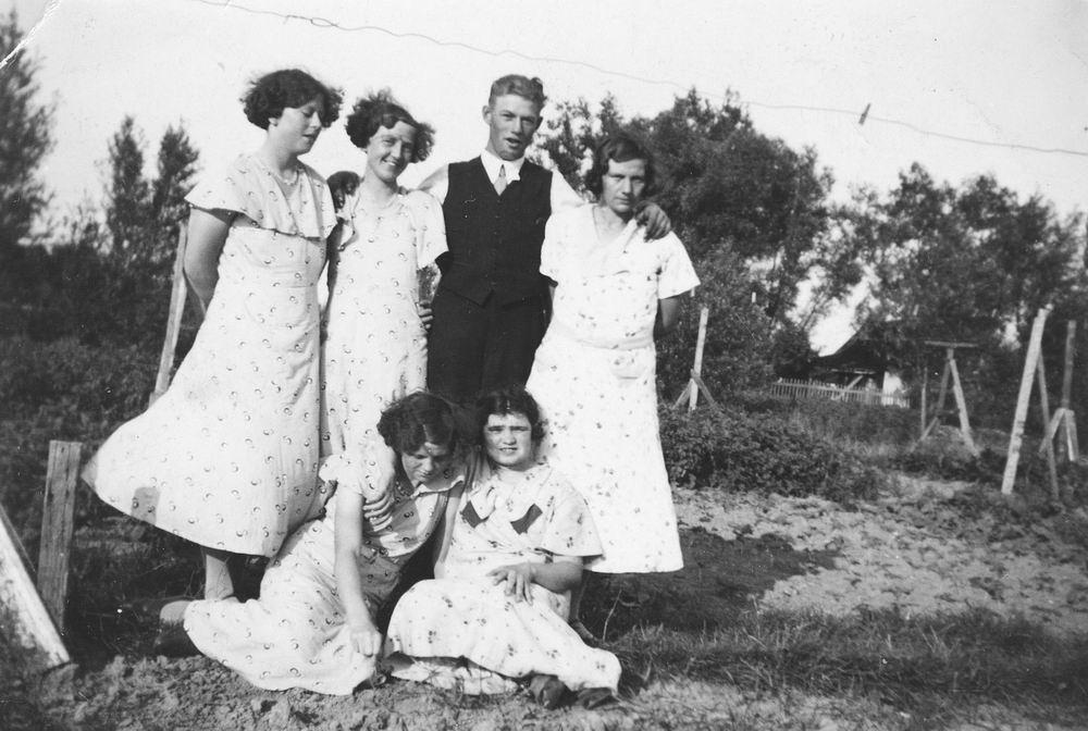 Pol - Slinger Lena vd 1914 19__ met broer Johan en Onbekend 06