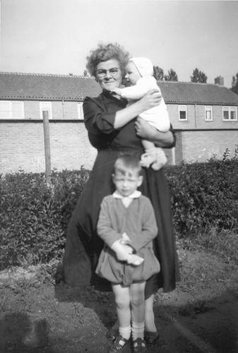 Poortvliet Daan Jr 1957± met Mw vd Moren en Dirk in de Irenestraat
