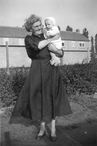 Poortvliet Daan Jr 1957± met Mw vd Moren in de Irenestraat