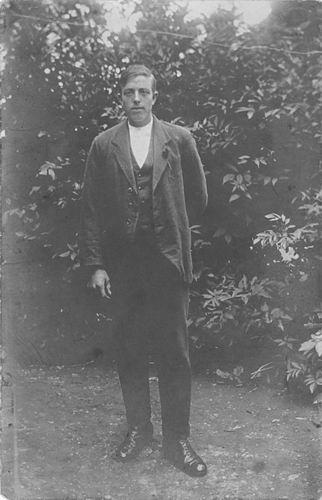Poortvliet Daan 1916 19__ Poseert in Tuin