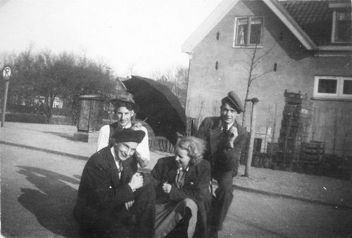 <b>ZOEKPLAATJE:</b>Raadhuislaan 0011 1950 met Femmie vd Helm en Onbekenden