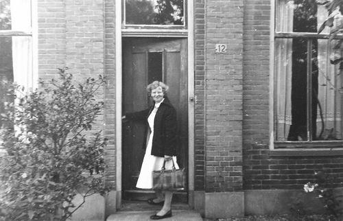 Raadhuislaan 0012 1957 met Femmie vd Helm