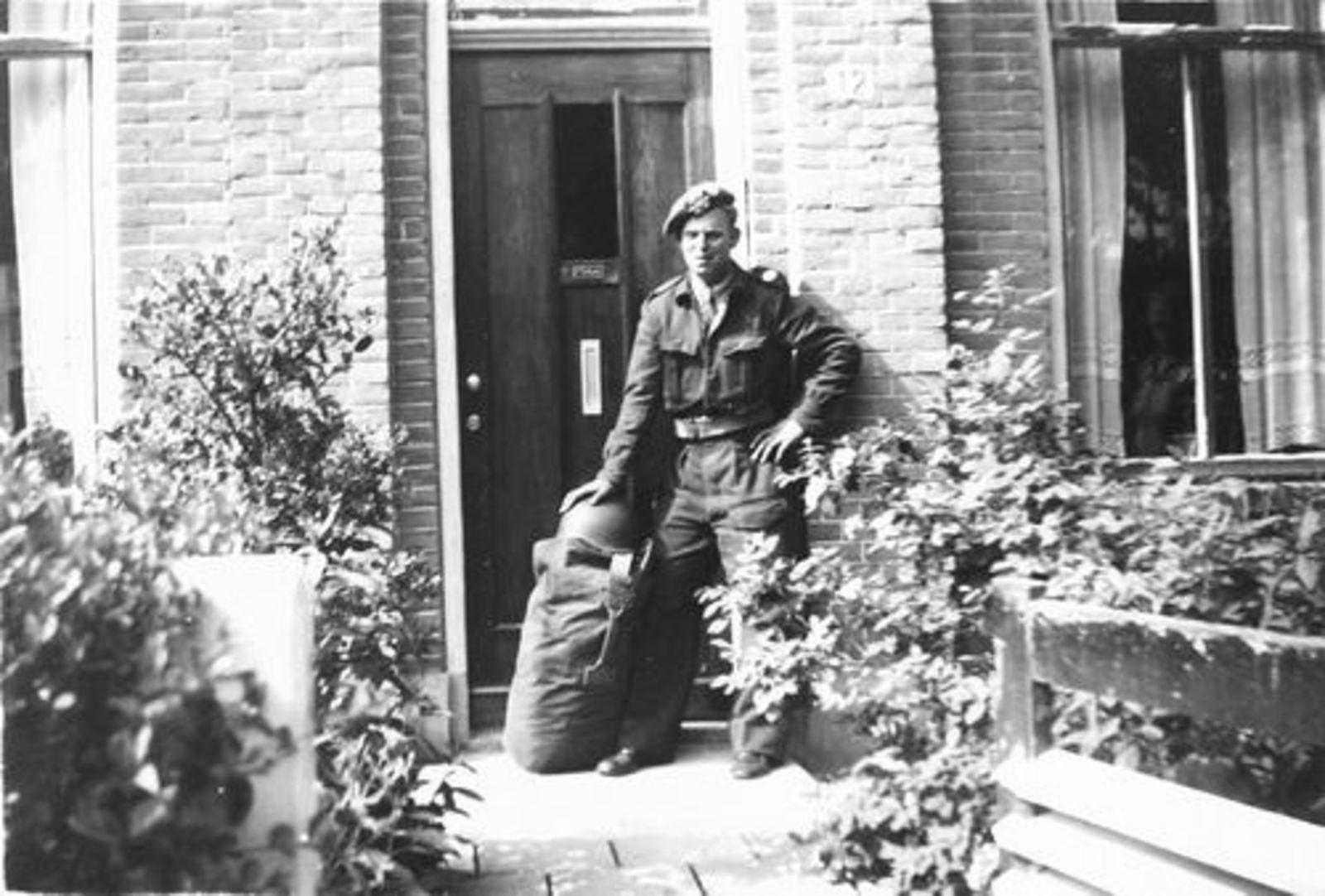 Raadhuislaan 0012 1957± met Soldaat Hans vd Helm