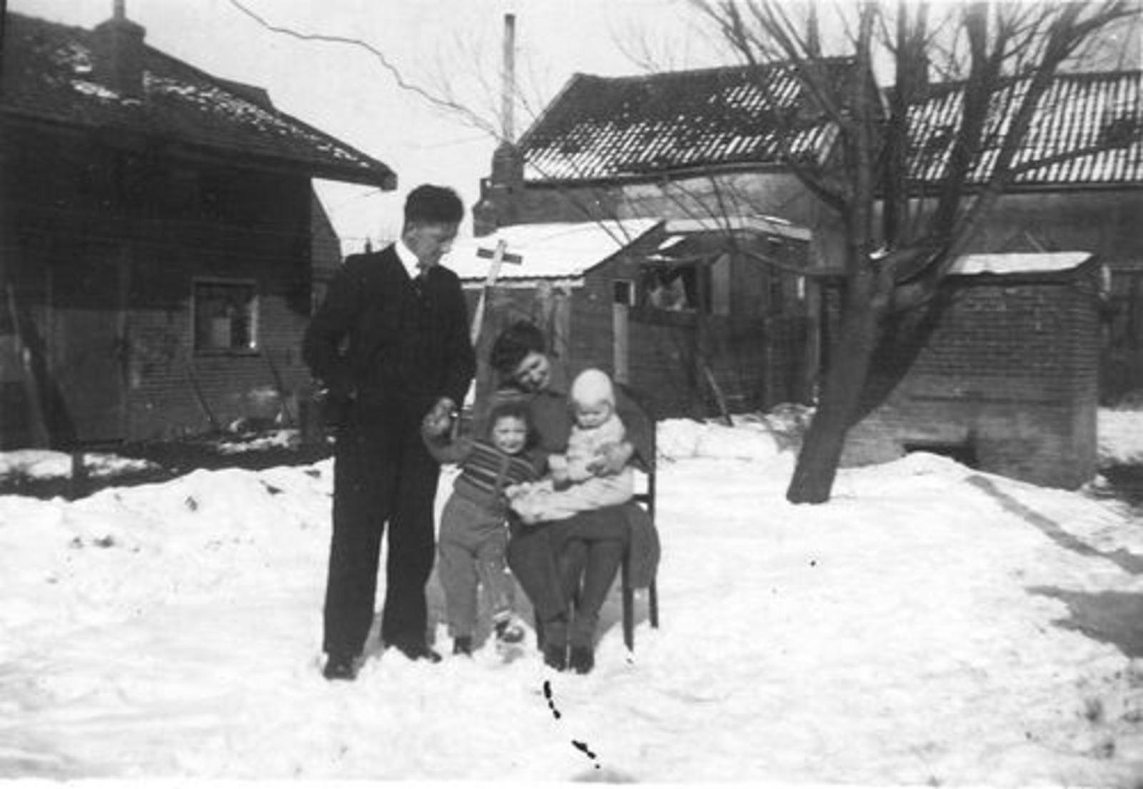 Raadhuislaan 0017± 1947 met Gezin Jan Tulen in de Sneeuw 01