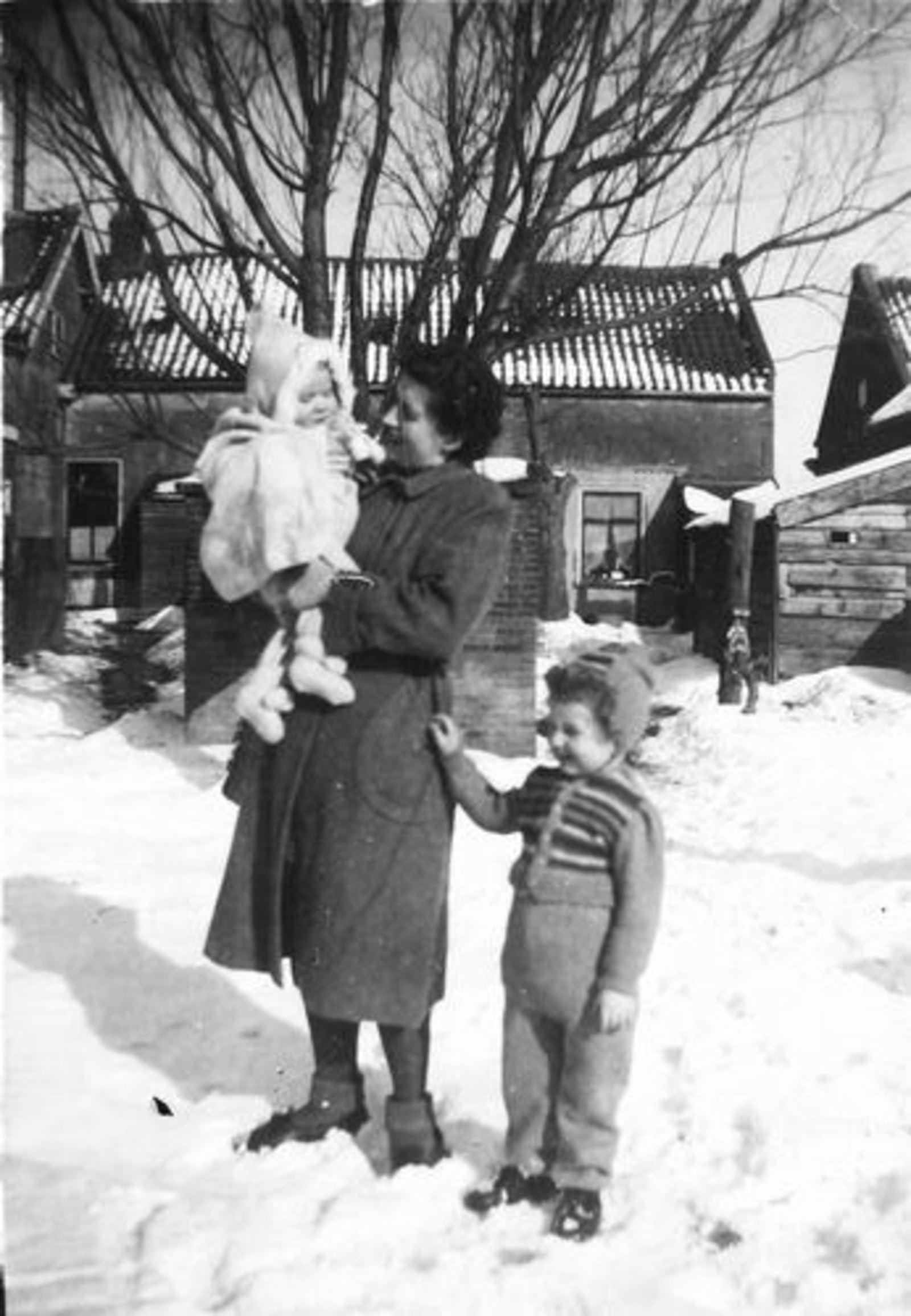 Raadhuislaan 0017± 1947 met Gezin Jan Tulen in de Sneeuw 02