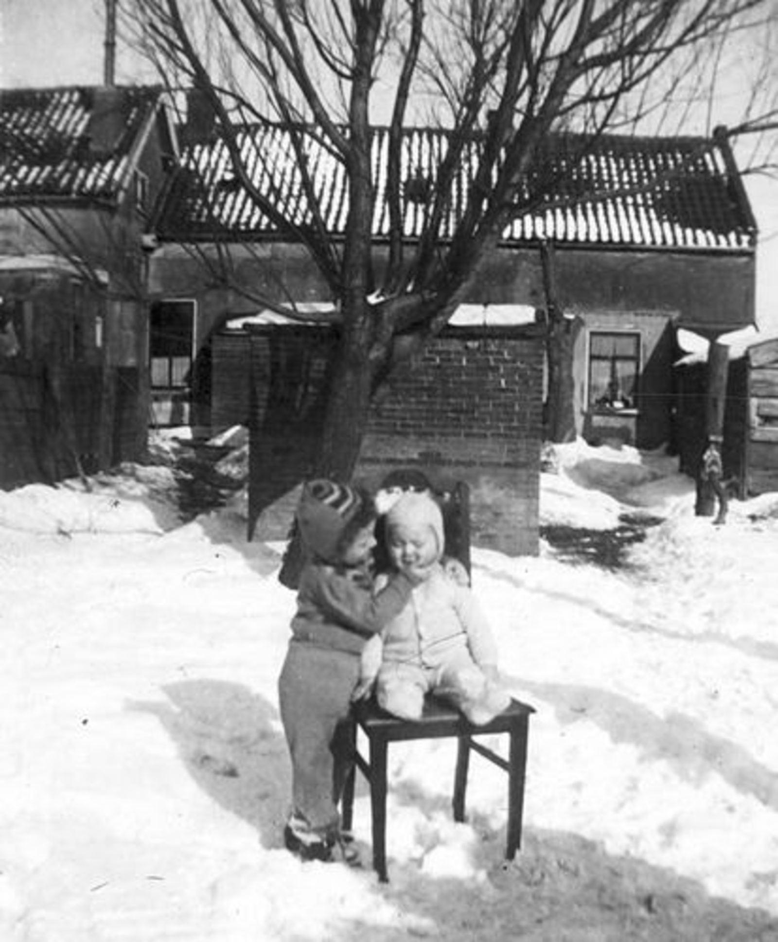 Raadhuislaan 0017± 1947 met Gezin Jan Tulen in de Sneeuw 04
