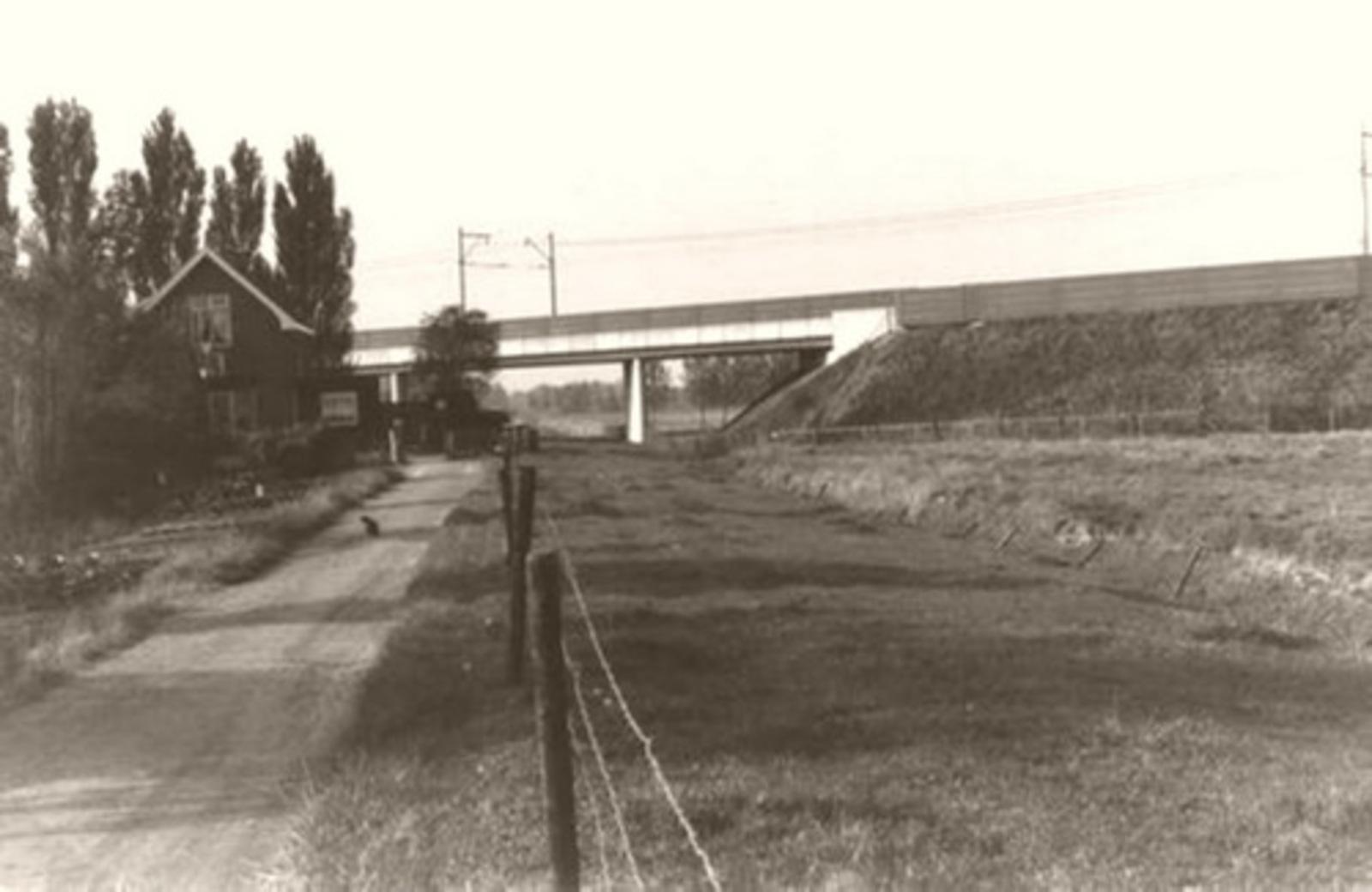 Rijnlanderweg W 0860± 1985 Spoorhuis 6 met Schiphol Spoorlijn
