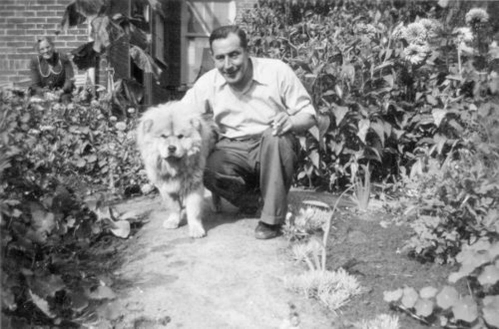Rinders Piet 1905± 1951 met Moeder en Hond in de Tuin 0