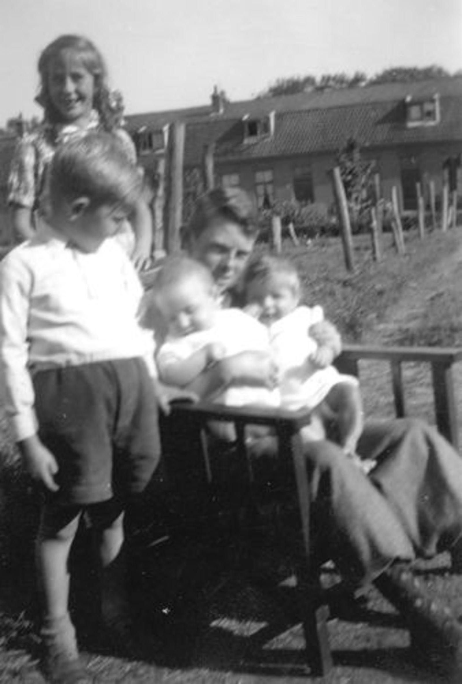 Rip Jaap Jr 1951± met Broers en Zusjes bij Machinebuurt 01