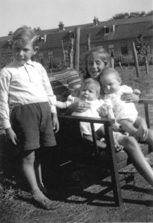 Rip Jaap Jr 1951± met Broers en Zusjes bij Machinebuurt 02