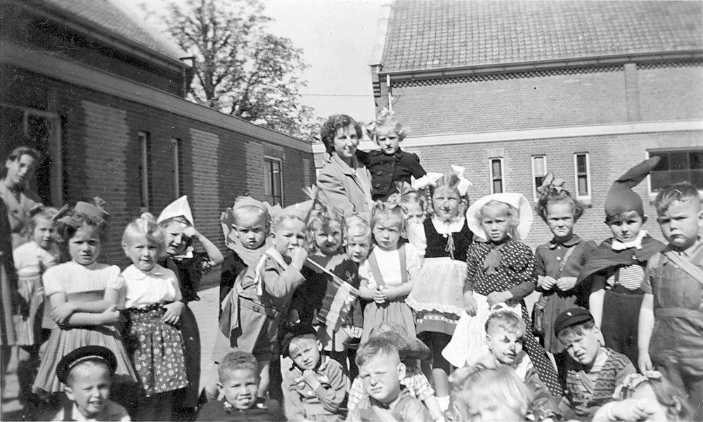<b>ZOEKPLAATJE:</b>RK Kleuterschool Hoofddorp 19__ met Juf de Hoog