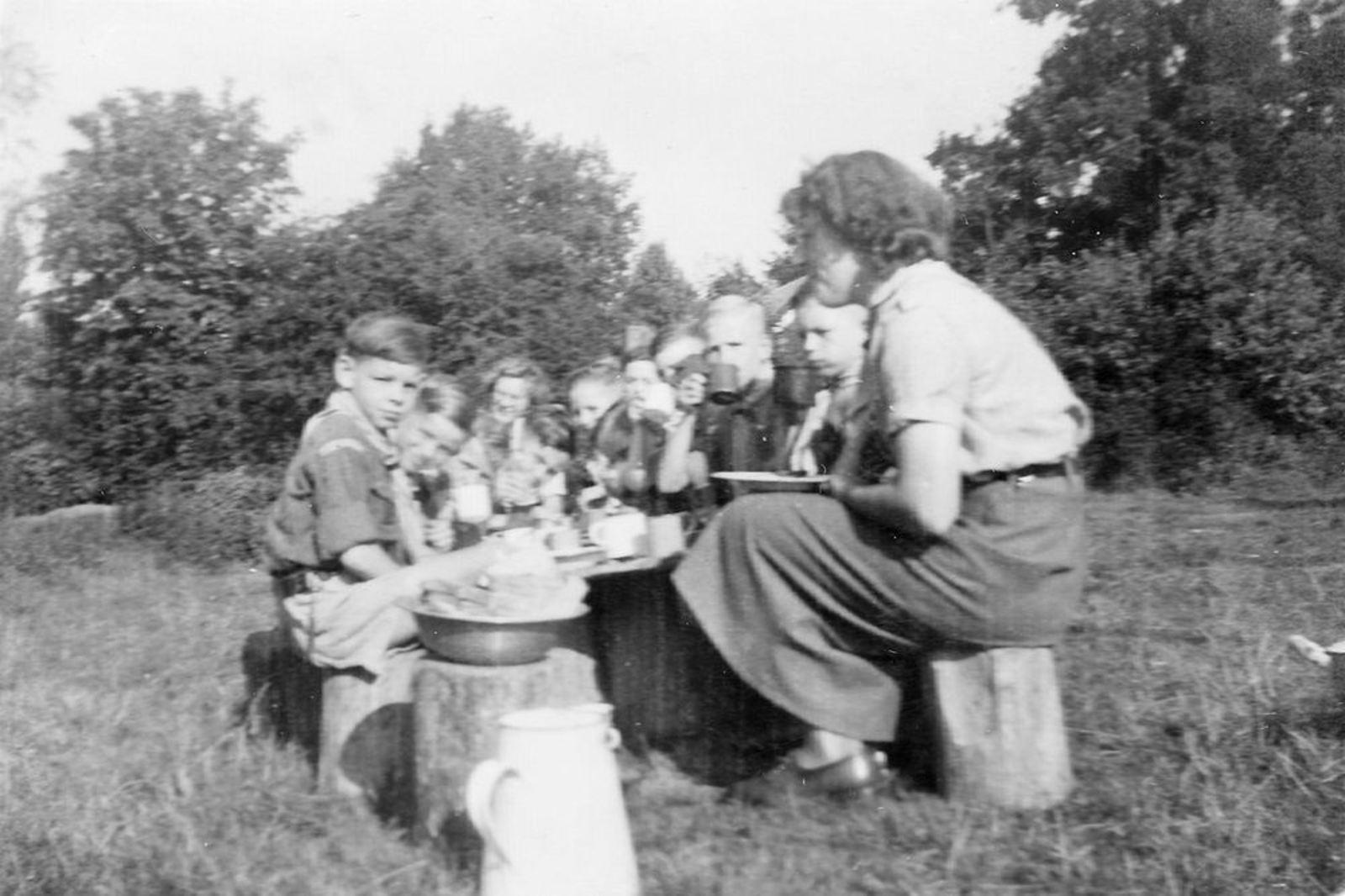 RK Padvinders Hoofddorp 1949± Welpen met Aad Koolbergen