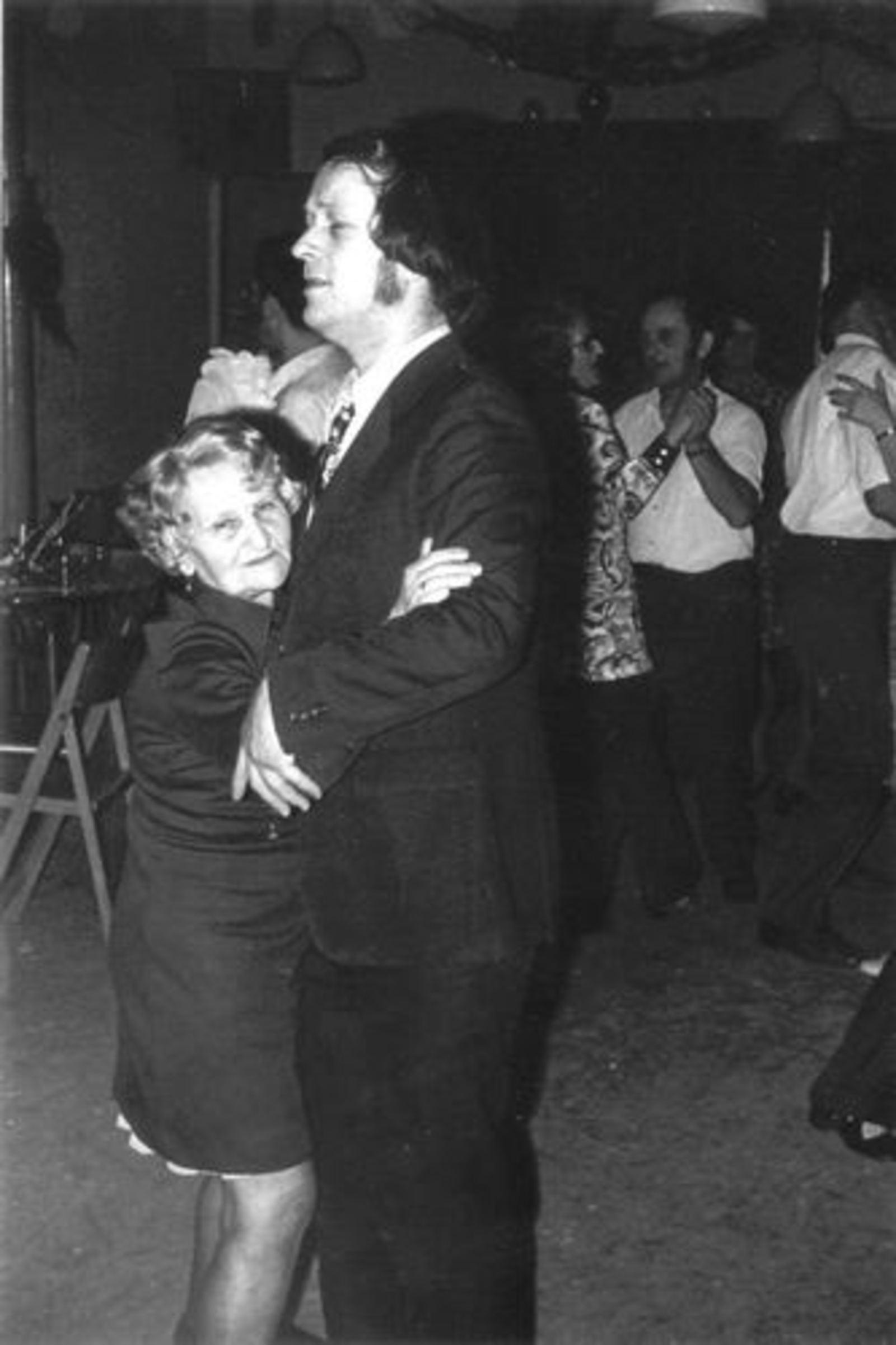 Robijn Henk 1938 19__ Danst met moeder Mien