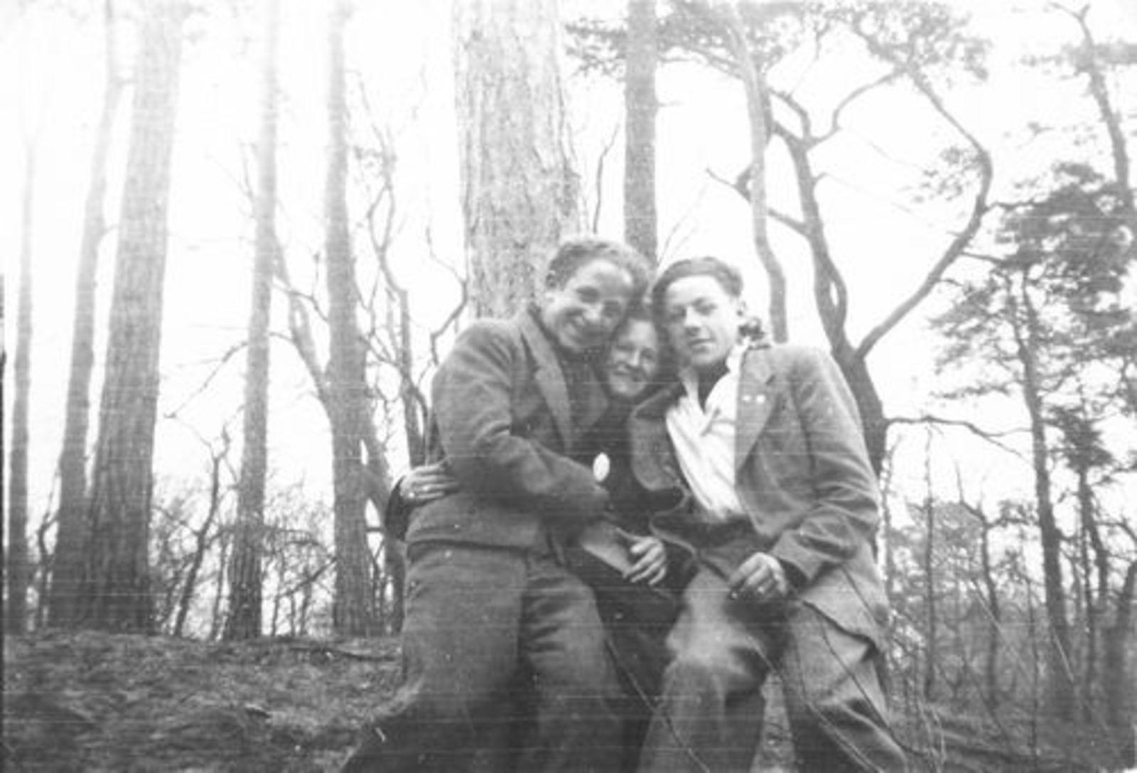 Robijn Joop 1932 1948 met Vriendinnen in Bos 02_2