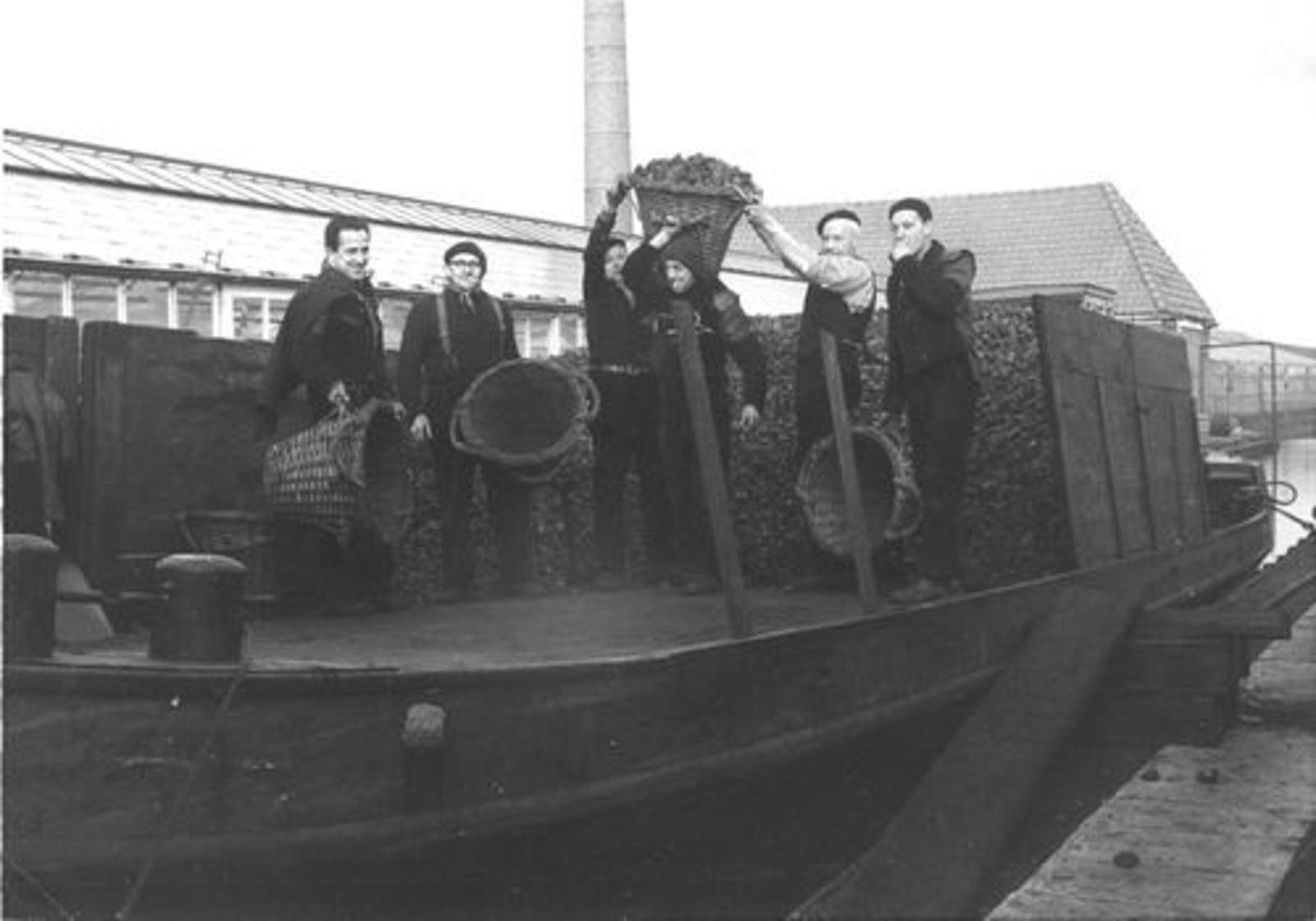 Robijn Joop 1932 1961 Kolenboer bij de Cooperatie in Aalsmeer