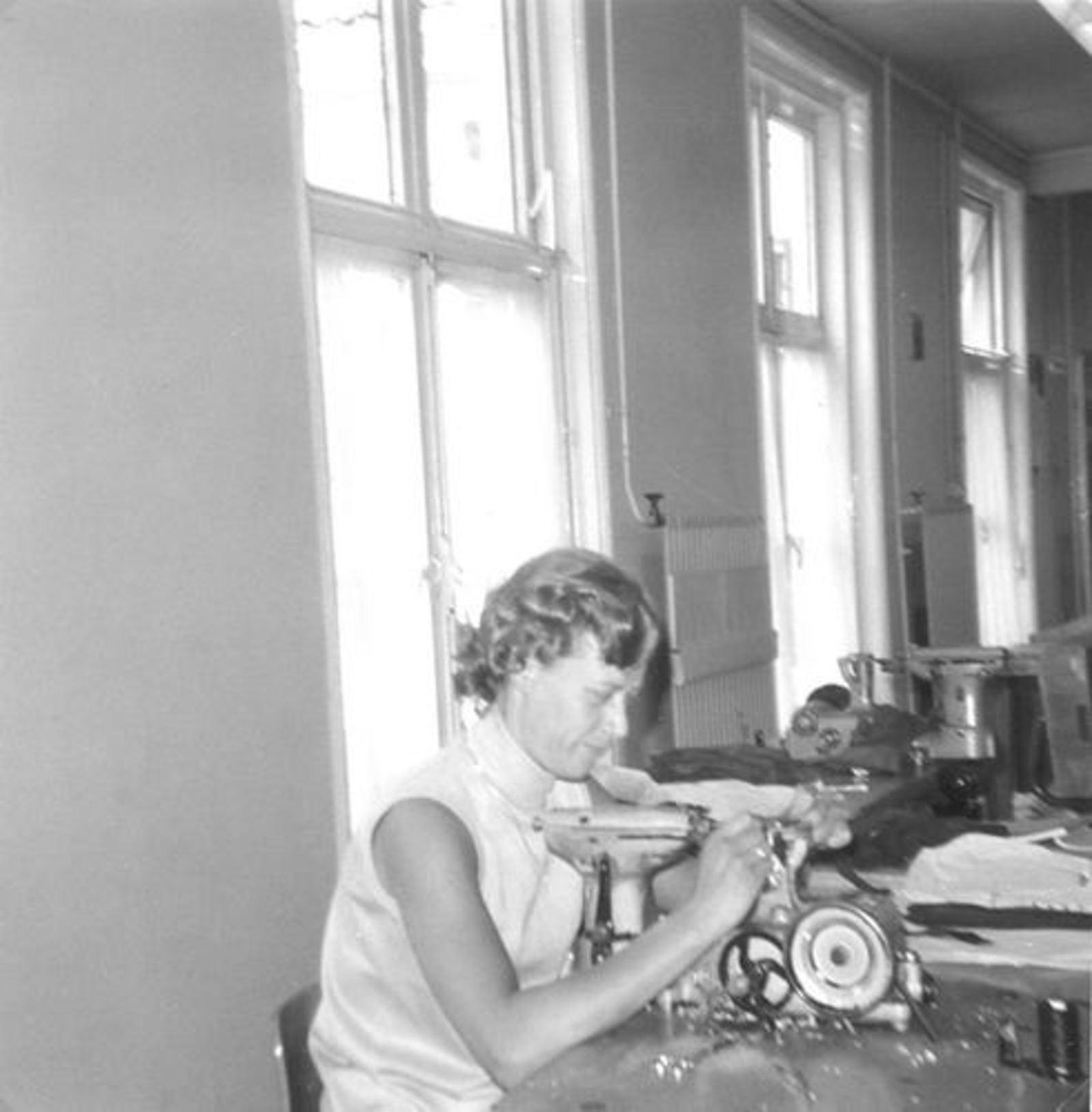 Robijn Joop 1932 19__ vrouw Cock werkt bij Laimbock Handschoenenfabriek