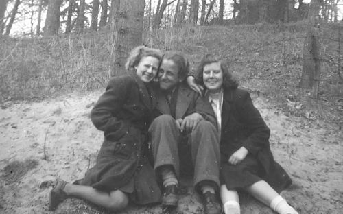Robijn Joop 1948 met Vrienden in Bos 01
