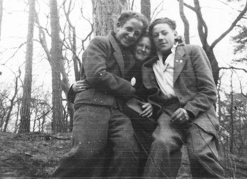 Robijn Joop 1948 met Vrienden in Bos 02