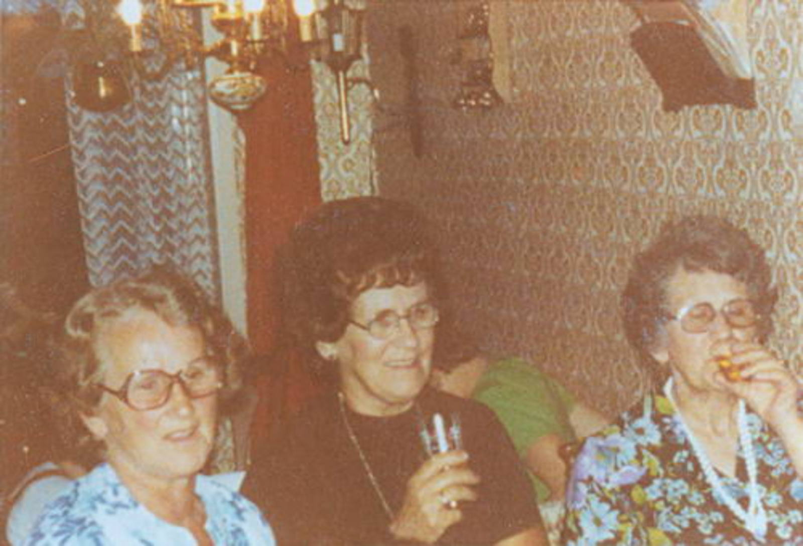 Robijn Lenie 1920 1999 met Zusters aan de Borrel