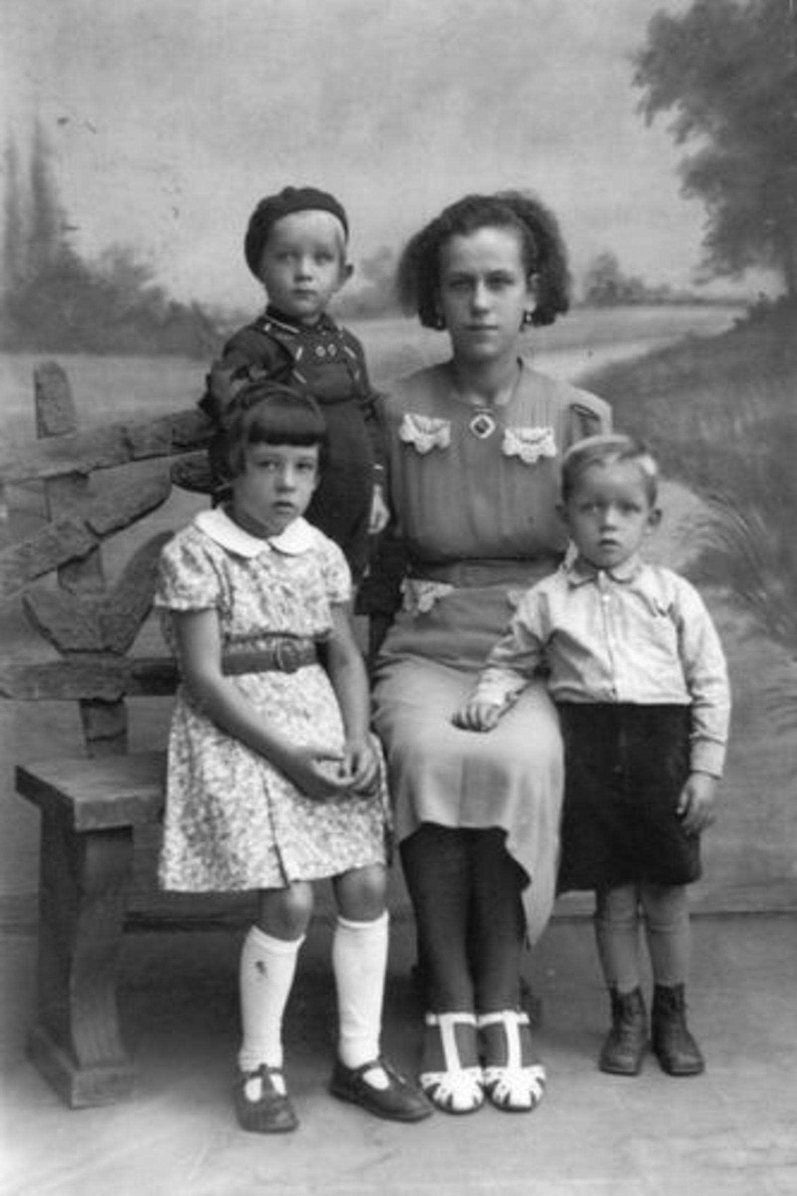 Robijn Maria 1915 19__ met haar Kinderen de Boer